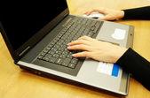 Händer att skriva på laptop — Stockfoto
