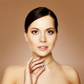 Joven mujer con collar, estudio de tiro — Foto de Stock