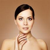 Młoda kobieta z naszyjnik, łapka — Zdjęcie stockowe