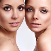Porträtt av två sinnlighet unga vackra flickor — Stockfoto