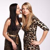 Porträtt av två tjejer med perfekt hud — Stockfoto