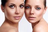 两个女孩与完美肌肤的肖像 — 图库照片