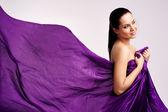 Vrouw in paarse lange jurk — Stockfoto