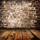 Nieczysty ceglane ściany i drewniane podłogi — Zdjęcie stockowe