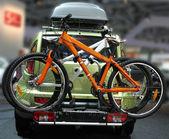 汽车与自行车 — 图库照片