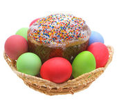 пасхальный кулич, пасхальные яйца на белом фоне. — Стоковое фото