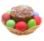 Bolo de páscoa, ovos de páscoa em um fundo branco. — Fotografia Stock