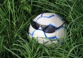 Bola de futebol em óculos de sol — Fotografia Stock