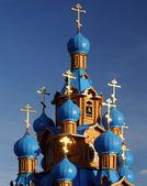 与蓝色圆顶的木制东正教教堂。 — 图库照片