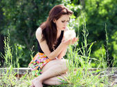 Girl and dandelion — Stockfoto