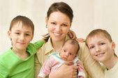 Moeder met drie kinderen — Stockfoto