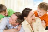 両親は彼の息子と遊ぶ — ストック写真
