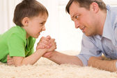 Lycklig far och son tillsammans — Stockfoto