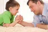 Mutlu baba ve oğul birlikte — Stok fotoğraf