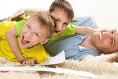 Ojciec i brat dwóch młodych — Zdjęcie stockowe