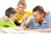 Père et ses frères sur le tapis — Photo