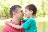 Padre con el hijo en un parque de verano — Foto de Stock