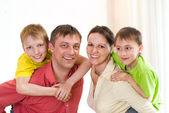 Šťastná rodina na bílé — Stock fotografie