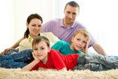 Pais felizes com crianças — Fotografia Stock
