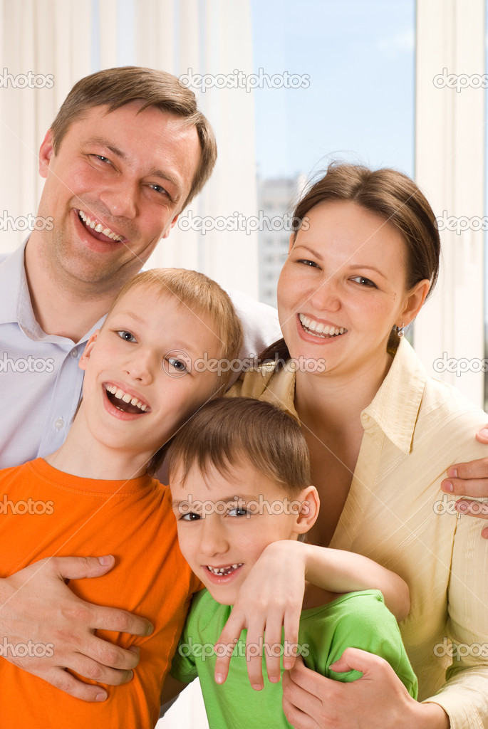Happy parents are on the carpet with his two sons — Stock Photo #3208992