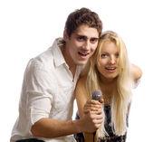 Молодая пара с микрофоном — Стоковое фото