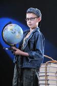 Jongen en globe — Stockfoto