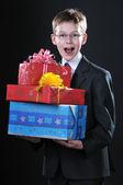 男孩与礼物 — 图库照片