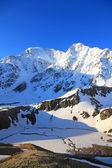 Lago ghiacciato e monte donguzorun — Foto Stock