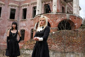 žárlivost-dívky a muže vedle starého domu — Stock fotografie