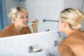 歯ブラシで浴室の女の子 — ストック写真