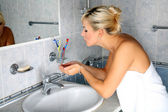 Woman washes in cold water — Stock Photo