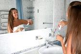 Dívka v koupelně s kartáček — Stock fotografie