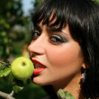 Girl with fresh apple — Stock Photo