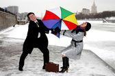Dziewczyna i człowiek walki z parasolem — Zdjęcie stockowe