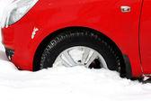 Auto kryté kolo sněžení v městě — Stock fotografie