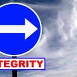 cartello stradale di integrità con cielo e nuvole drammatici — Foto Stock #2910080