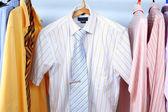 ミックス色のシャツとネクタイ ハンガー — ストック写真
