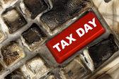 Kırmızı vergi gün anahtar yanık bilgisayar klavyesindeki — Stok fotoğraf