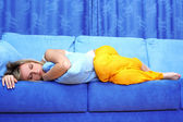 Young woman sleeping on sofa — Stockfoto