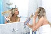 ミラーのトイレの女性 — ストック写真