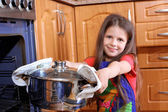 Girl cooking dinner in the kitchen — Stockfoto