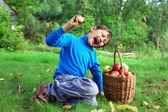 Sklizeň - malý kluk, venku pózuje s jablky — Stockfoto