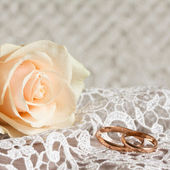 Wedding rings and rose. — Stock Photo