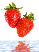 新鲜成熟的草莓落在水中 — 图库照片