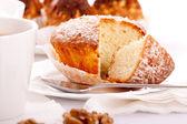 Dulce pastel sobre plato blanco — Foto de Stock