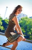 Beautyful kobieta siedzi na parapety — Zdjęcie stockowe