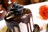Çikolata kek üzerine gül — Stok fotoğraf