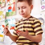 Kind mit Bild und Pinsel — Stockfoto #2779389