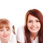 Grupa dzieci i szczęśliwą rodzinę — Zdjęcie stockowe