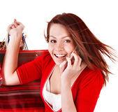 Młoda kobieta z telefonu komórkowego i torba na zakupy. — Zdjęcie stockowe